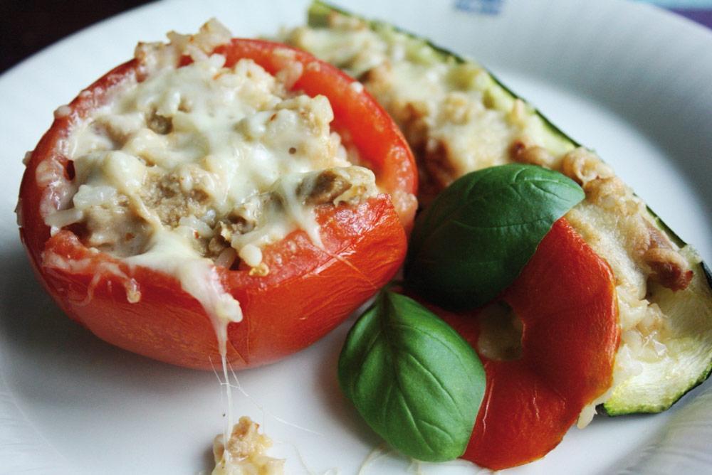 Valkosipulisoijarisotolla täytetyt tomaatit ja kesäkurpitsat